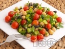 Рецепта Вкусна салата с нахут от консерва, чери домати, зелени чушки и маслини
